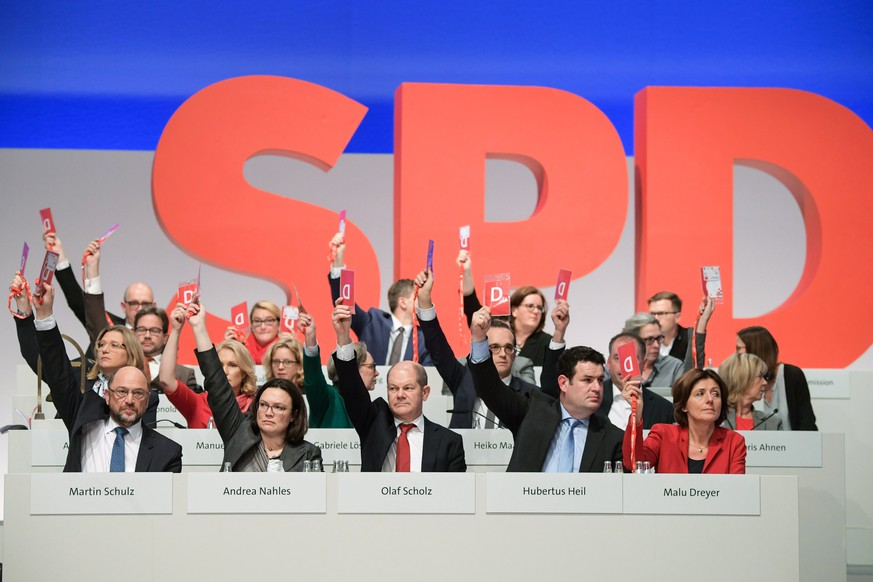 epa06374559 The chairman of the SPD Martin Schulz (L) and other SPD delegates during the party convention of the German Social Democratic Party (SPD), in Berlin, Germany, 07 December 2017. During the three-day event delegates will discuss and decide about the possibility of starting talks with the Christian Democratic Union (CDU) to form again a grand coalition government.  EPA/CLEMENS BILAN