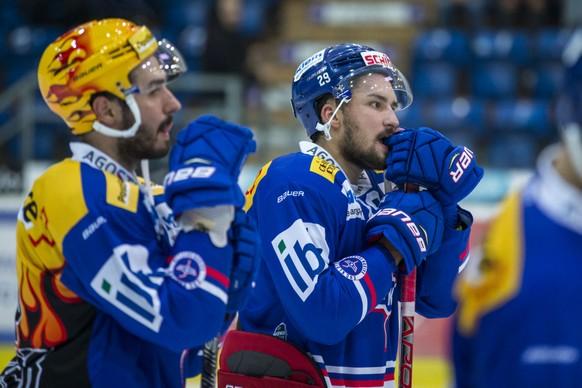 EHC Kloten Stuermer Vincent Praplan, rechts, und Denis Hollenstein sind entaeuscht nach der 1-5 Niederlage im Eishockey-Meisterschaftsspiel der National League zwischen dem EHC Kloten und dem HC Ambri-Piotta am Samstag, 7. Oktober 2017, in der SWISS Arena in Kloten. (PPR/Patrick B. Kraemer)