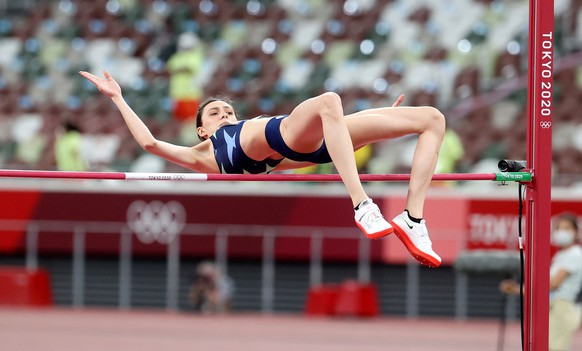 epa09403442 Mariya Lasitskene of Russia competes in the Women's High Jump final during the Athletics events of the Tokyo 2020 Olympic Games at the Olympic Stadium in Tokyo, Japan, 07 August 2021.  EPA/DIEGO AZUBEL