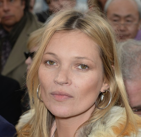 kate moss st rt im easyjet und wird aus dem flugzeug eskortiert watson. Black Bedroom Furniture Sets. Home Design Ideas