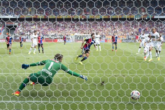 Basel's Matias Delgado, center back, scores with a penalty against Sion's goalkeeper Anton Mitryushkin, front, during a Super League match between FC Basel 1893 and FC Sion, at the St. Jakob-Park stadium in Basel, Switzerland, on Sunday, July 24, 2016. (KEYSTONE/Georgios Kefalas)