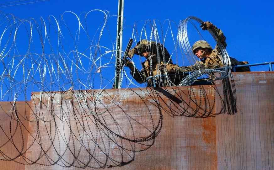Mexiko:Erste Migranten aus Mittelamerika erklimmen Grenzzaun zu USA