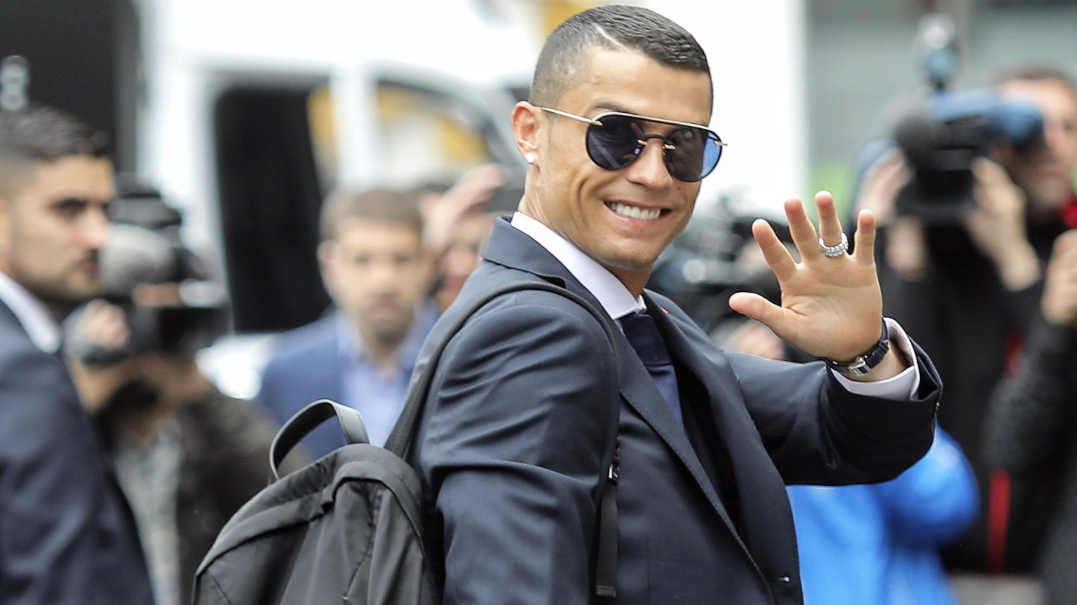ARCHIVBILD ZUM WECHSEL VON CRISTIANO RONALDO ZU JUVENTUS TURIN --- epa06795895 Portugal's national soccer team player Cristiano Ronaldo waves to fans at Lisbon Airport before departing to Russia for the FIFA World Cup 2018 in Lisbon, Portugal, 09 June 2018. The FIFA World Cup 2018 is taking place in Russia from 14 June until 15 July 2018.  EPA/MIGUEL A. LOPES