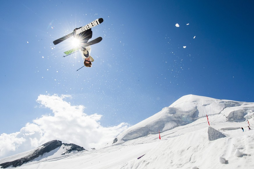 epa04856363 A freeskier trains  in the Freestyle Park Saas-Fee on the Feegletscher glacier on Wednesday, July 22, 2015, in Saas-Fee, Valais, Switzerland.  EPA/DOMINIC STEINMANN