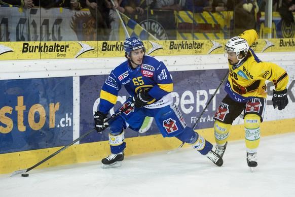 24. Maerz 2015; Davos; Eishockey NLA Playoff - HC Davos - SC Bern; Marc Wieser (L, Davos) gegen Eric-Ray Blum (R, Bern) (Michael Zanghellini/freshfocus)