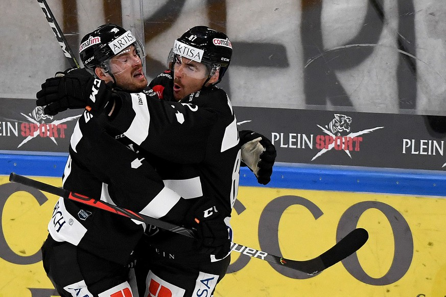 Lugano's player Dario Buergler right celebrates the 1-0 goal with Lugano's player Mikkel Boedker left, during the preliminary round game of National League A (NLA) Swiss Championship 2020/21 between HC Lugano against ZSC Lions, at the Corner Arena stadium in Lugano, Thursday, October 1, 2020. (KEYSTONE/Ti-Press/Samuel Golay)