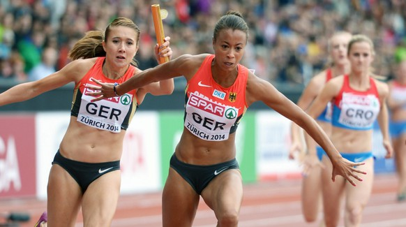epa04356886 Tatjana Lofamakanda Pinto (C) and Rebekka Haase (L) of Germany pass on the baton during the women's 4 x 100 Relay Qualifying at the European Athletics Championships 2014 at the Letzigrund stadium in Zurich, Switzerland, 16 August 2014.  EPA/RAINER JENSEN