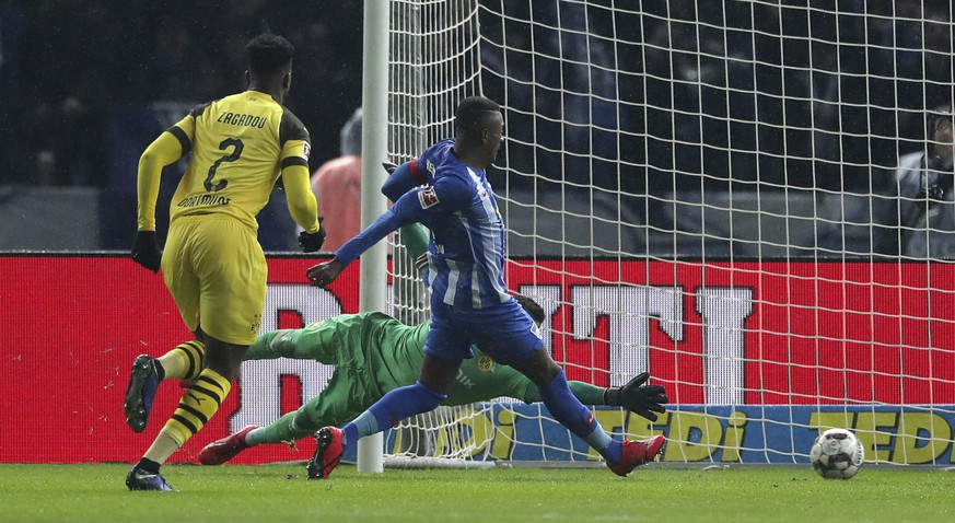 Hertha's Salomon Kalou, center, scores the opening goal during the German Bundesliga soccer match between Hertha BSC Berlin and Borussia Dortmund in Berlin, Germany, Saturday, March 16, 2019. (AP Photo/Michael Sohn)