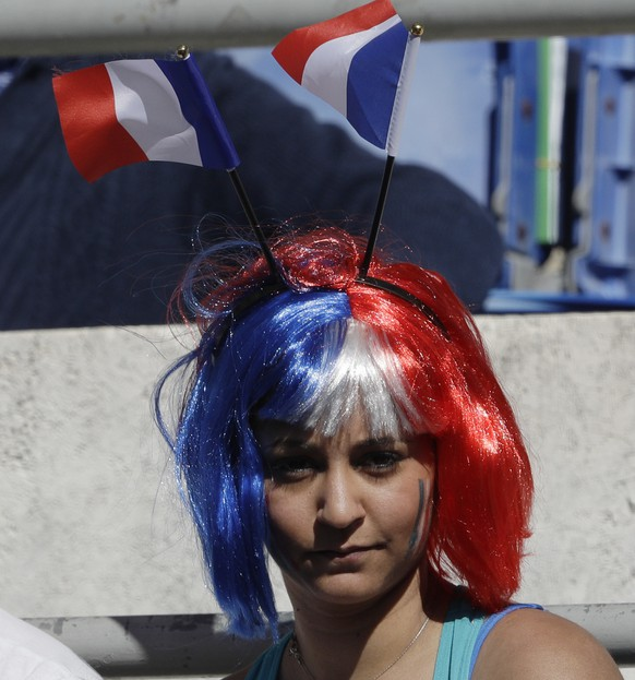 A fan sports an hairdo with the French flag during a Six Nations rugby union international match between Italy and France at the Rome Olympic stadium, Saturday, March 11, 2017. (AP Photo/Gregorio Borgia)