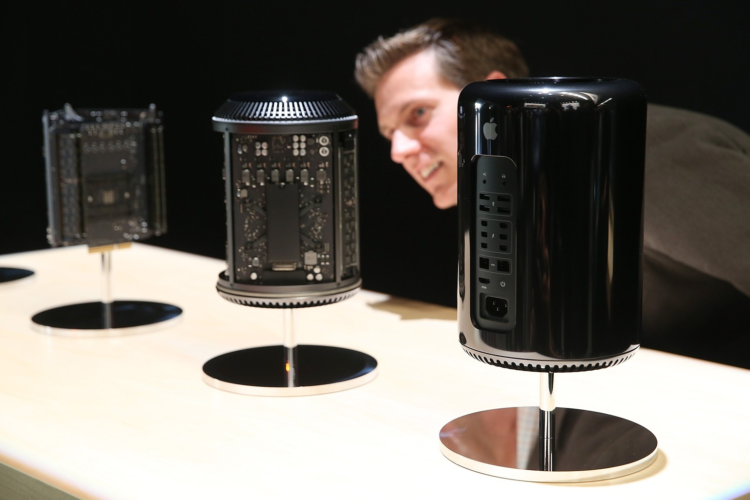 SAN FRANCISCO, CA - OCTOBER 22:  An attendee looks at the new Mac Pro during an Apple announcement at the Yerba Buena Center for the Arts on October 22, 2013 in San Francisco, California. The tech giant announced its new iPad Air, a new iPad mini with Retina display, OS X Mavericks and highlighted its Mac Pro.  (Photo by Justin Sullivan/Getty Images)