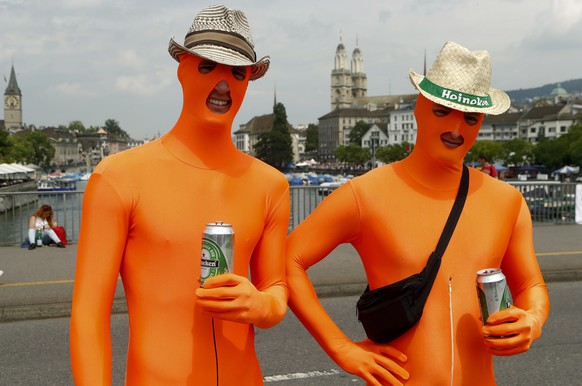Revellers pose during the 23nd Street Parade dance music event on the Quaibruecke bridge in Zurich August 2, 2014.   REUTERS/Arnd Wiegmann (SWITZERLAND - Tags: ENTERTAINMENT TRAVEL SOCIETY)