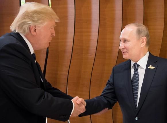 Ein historischer Moment: Donald Trump und Wladimir Putin haben sich zum ersten Mal die Hände geschüttelt.