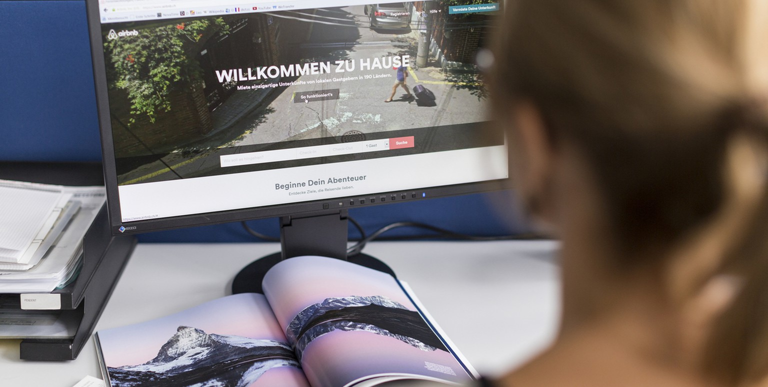 A woman surfs on the the airbnb website, pictured in Zurich, Switzerland, on September 4, 2014. (KEYSTONE/Gaetan Bally)
