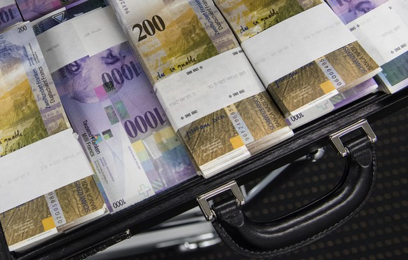 Ein Aktenkoffer gefuellt Tausendernoten und Zweihundert-Franken-Noten fotografiert in einem Safe einer Bank in Lugano am Mittwoch, 30 November 2016. (KEYSTONE/TI-PRESS/Gabriele Putzu)  A briefcase filled with 1000-franc and 200-franc banknotes photographed in a safe of a bank in Lugano, Switzerland, on Wednesday, November 30, 2016. (KEYSTONE/TI-PRESS/Gabriele Putzu)