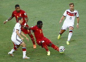 Germany's Philipp Lahm (L) fights for the ball with Ghana's Sulley Muntari (C) during their 2014 World Cup Group G soccer match at the Castelao arena in Fortaleza June 21, 2014. Also seen are Ghana's Kevin-Prince Boateng (top L) and Germany's Mario Goetze (R). REUTERS/Mike Blake  (BRAZIL  - Tags: SOCCER SPORT WORLD CUP)