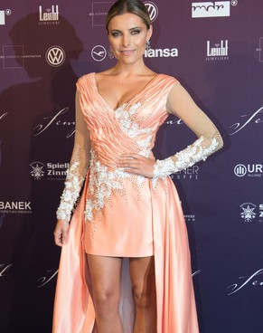 epa04596113 German actress Sophia Thomalla arrives for the 10th Semper Opera Ball in Dresden, Germany, 30 January 2015. The annual event is held under the motto 'Dresden cheers and welcomes the world'.  EPA/SEBASTIAN KAHNERT
