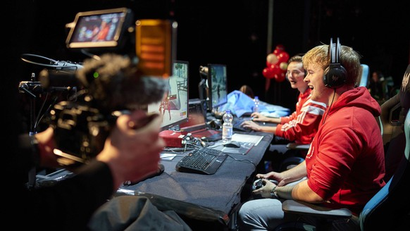 epa08094973 Fortnite player Royalistiq (R) plays Fortnite live against 99 other Dutch celebrities, influencers and fans for the Red Cross in the AFAS Circustheater, in The Hague, The Netherlands, 30 December 2019.  EPA/PHIL NIJHUIS