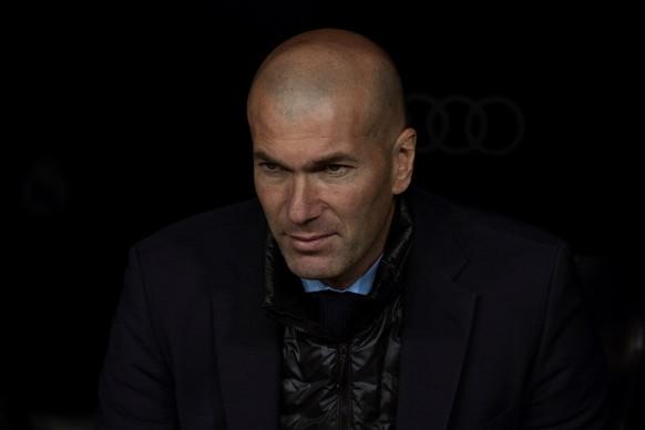 epa06613182 Real Madrid's head coach Zinedine Zidane reacts during the Spanish Primera Division soccer match between Real Madrid and Girona at Santiago Bernabeu stadium in Madrid, Spain, 18 March 2018.  EPA/Rodrigo Jimenez