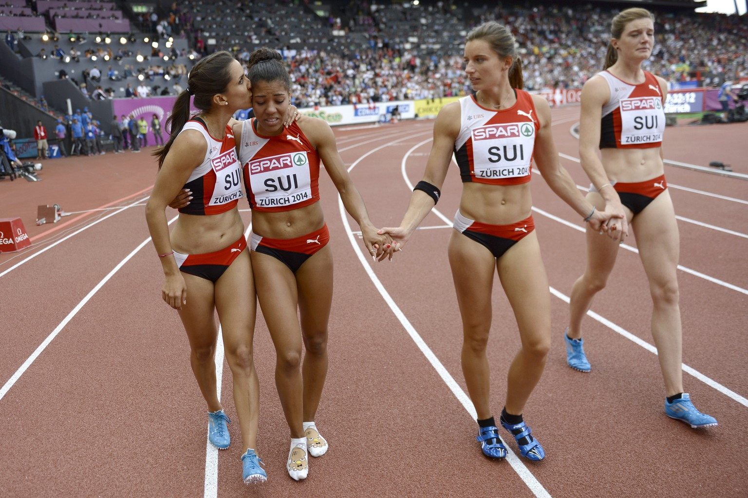 Switzerland's Marisa Lavanchy, Mujinga Kambundji, Ellen Sprunger and Lea Sprunger, from left to right, react after Kambundji lost the baton at the start of the women's 4x100m relay final, at the sixth day of the European Athletics Championships in the Letzigrund Stadium in Zurich, Switzerland, Sunday, August 17, 2014. (KEYSTONE/Jean-Christophe Bott)