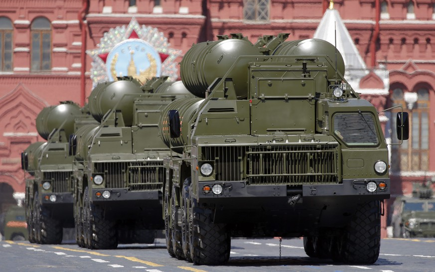 epa05296368 Russian anti-aircraft system S-400 takes part in a military parade on Red Square in Moscow, Russia, 09 May 2016. Russia celebrates the 71st anniversary of the victory over the nazi Germany in the World War II.  EPA/YURI KOCHETKOV