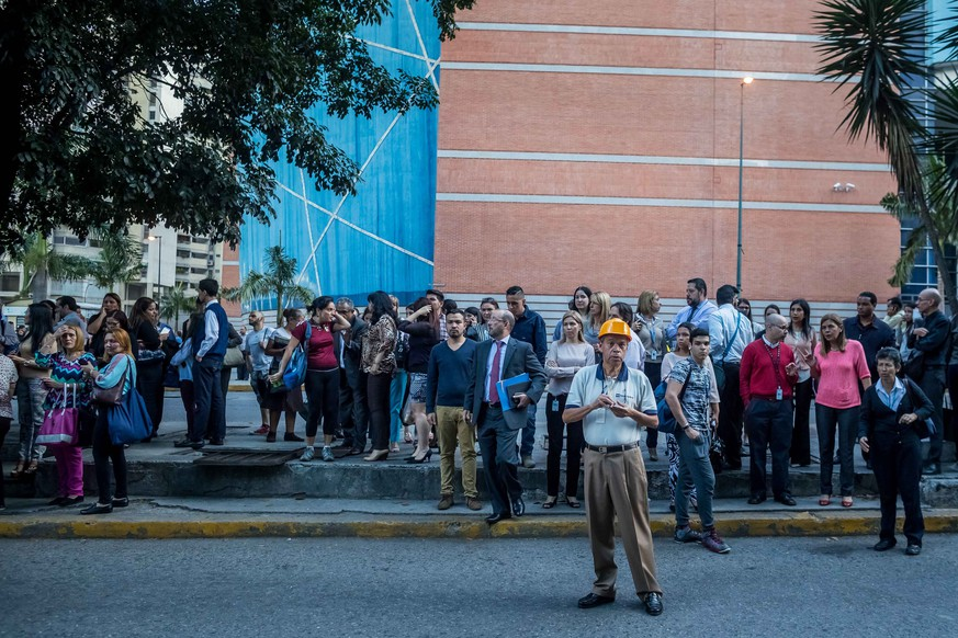 epa06963311 A group of people remains in the street after an earthquake was registered, in Caracas, Venezuela, 21 August 2018. Venezuelans were shaken today by a strong earthquake of magnitude 6.3 with epicenter in the 'southeast of Yaguarapano' in the east of the country, according to the Venezuelan Foundation for Seismological Research (Funvisis), although the US Geological Survey reports a magnitude of 7.3.  EPA/Miguel Gutierrez