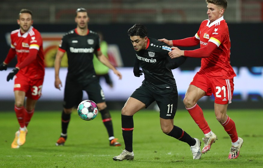 epa08940394 Nadiem Amiri (2 R) of Bayer 04 Leverkusen is challenged by Grischa Promel of 1. FC Union Berlin during the German Bundesliga soccer match between 1. FC Union Berlin and Bayer 04 Leverkusen in Berlin, Germany, 15 January 2021.  EPA/Maja Hitij / POOL CONDITIONS - ATTENTION: The DFL regulations prohibit any use of photographs as image sequences and/or quasi-video.