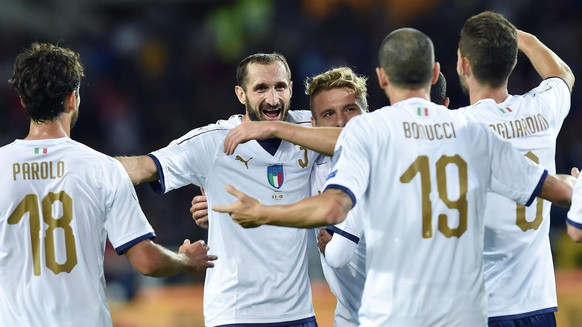 epa06249035 Italy's Giorgio Chiellini (C) celebrates with teammates during the FIFA 2018 World Cup Group G qualifying soccer match between Italy and Macedonia in Turin, Italy, 06 October 2017.  EPA/ALESSANDRO DI MARCO