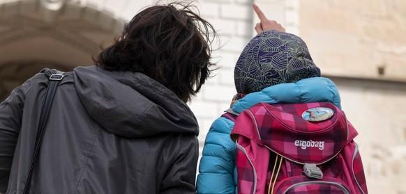 Kirche erteilt Mutter mit Kind Kirchenasyl – jetzt wurden sie von der Polizei abgeholt