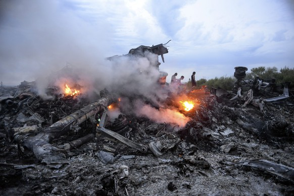 epaselect epa04320262 Debris of the Boeing 777, Malaysia Arilines flight MH17, which crashed during flying over the eastern Ukraine region near Donetsk, Ukraine, 17 July 2014.  A Malaysia Airlines plane with 295 people on board crashed in eastern Ukraine, and both the government and separatist rebels fighting in the area denied shooting it down. All passengers on board Flight MH17 from Amsterdam to Kuala Lumpur are feared dead. Malaysia Airlines said that it lost contact with Flight MH17 at 1415 GMT, about 50 kilometres from the Russia-Ukraine border. The plane was carrying 280 passengers and 15 crew members, the airline said.  EPA/ALYONA ZYKINA  EPA/ALYONA ZYKINA