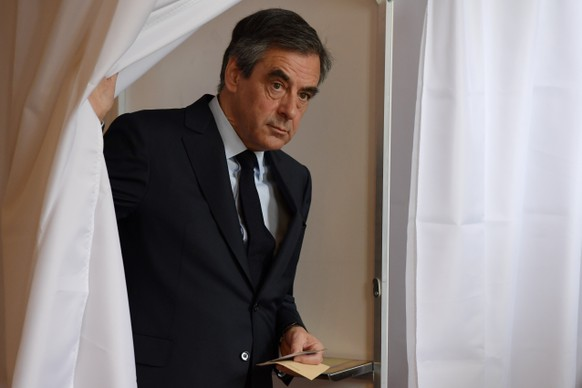 epa05922960 French presidential election candidate for the right-wing Les Republicains (LR) party Francois Fillon leaves a voting booth to cast his ballot at a polling station in Paris, France, 23 April 2017. France will hold the second round of the presidential elections on 07 May 2017.  EPA/CHRISTOPHE ARCHAMBAULT / POOL