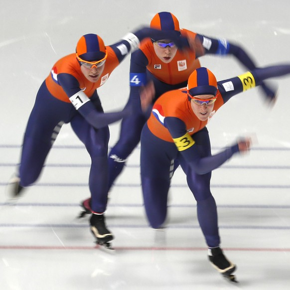 epa06549960 Team The Netherlands of Ireen Wust (front), Marrit Leenstra (L) and Antoinette de Jong (back) race to a second place and silver medal in the Women's Speed Skating Team Pursuit Final A against Japan at the Gangneung Oval during the PyeongChang 2018 Olympic Games, South Korea, 21 February 2018.  EPA/KIMIMASA MAYAMA