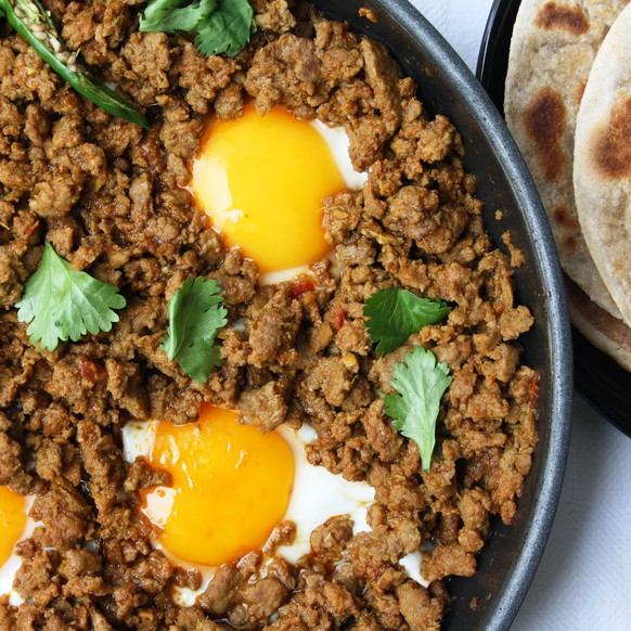 keema hackfleisch curry http://maunikagowardhan.co.uk/cook-in-a-curry/kheema-per-eeda-parsi-spiced-minced-lamb-topped-with-fried-runny-eggs/