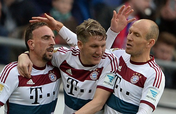 epa04652277 Munich's Franck Ribery (L-R), Bastian Schweinsteiger and Arjen Robben celebrate the 1-3 goal during the German Bundesliga soccer match between Hannover 96 and FC Bayern Munich at HDI Arena in Hanover, Germany, 07 March 2015. 