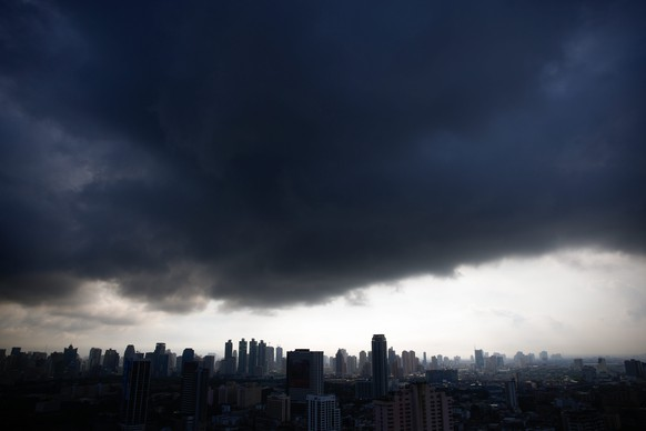 epa04884587 Dark clouds hover over Bangkok, yet bringing no rain, in Thailand, 15 August 2015. After suffering one of the worst droughts in decades Thailand is still facing water shortages due to poor rainfall.  EPA/DIEGO AZUBEL