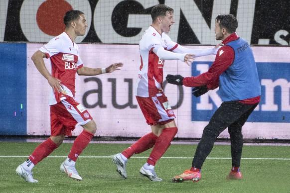 Thuns Josue Schmidt, Daniel Dos Santos und Dennis Salanovic, von links, feiern den Treffer zum 1-0 im Fussball Meisterschaftsspiel der Challenge League zwischen dem FC Thun und dem FC Schaffhausen, am Dienstag, 11. Mai 2021, in der Stockhorn Arena in Thun. (KEYSTONE/Peter Schneider)
