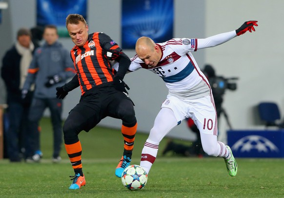 LVIV, UKRAINE - FEBRUARY 17:  Vyacheslav Shevchuk of Shakhtar Donetsk and Arjen Robben of Bayern Muenchen battle for the ball during the UEFA Champions League round of 16 first leg match between FC Shakhtar Donetsk and FC Bayern Muenchen at the Donbass Arena on February 17, 2015 in Lviv, Ukraine.  (Photo by Alexander Hassenstein/Bongarts/Getty Images)