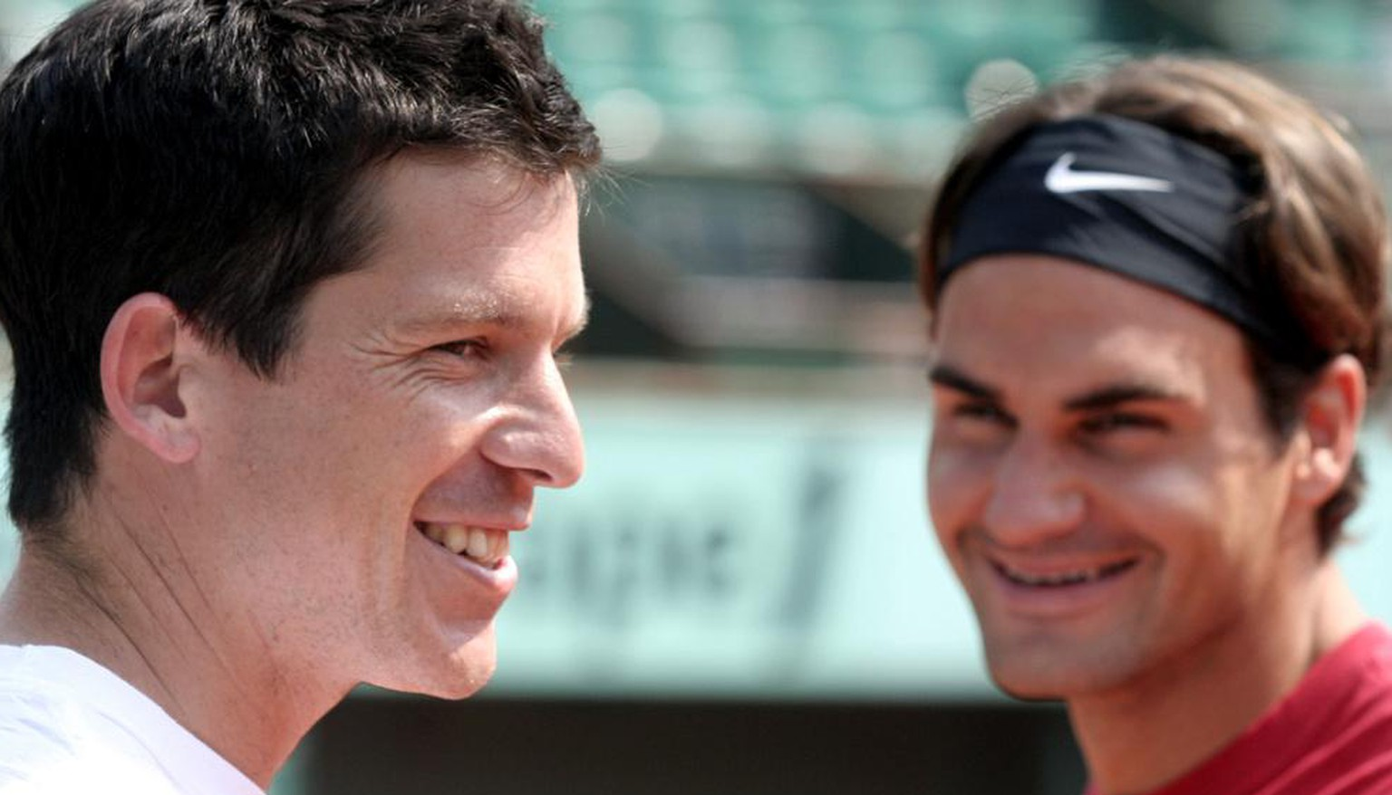 Britain's Tim Henman, left, laughs with Switzerland's Roger Federer, center, and Finland's Jarkko Nieminen during a training session for the French Open tennis, at the Roland Garros stadium in Paris, Friday May 25, 2007, just two days before the start of the tournament. (AP Photo/Bertrand Combaldieu)