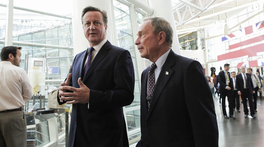 British Prime Minister David Cameron (L) speaks with former New York Mayor Michael Bloomberg, founder of Bloomberg LP,  at the company's headquarters in New York, September 23, 2014. Cameron will meet Iranian President Hassan Rouhani in the next two days in New York and ask him for help to fight Islamic State, the first meeting between leaders of the two nations since Tehran's 1979 Islamic revolution.   REUTERS/Christopher Goodney/Pool    (UNITED STATES - Tags: BUSINESS POLITICS)