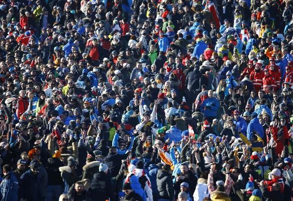 Alpine Skiing - FIS Alpine Skiing World Cup - Men's Downhill Race - Kitzbuehel, Austria - 21/01/17 - Fans cheer before the start of the race. REUTERS/Leonhard Foeger
