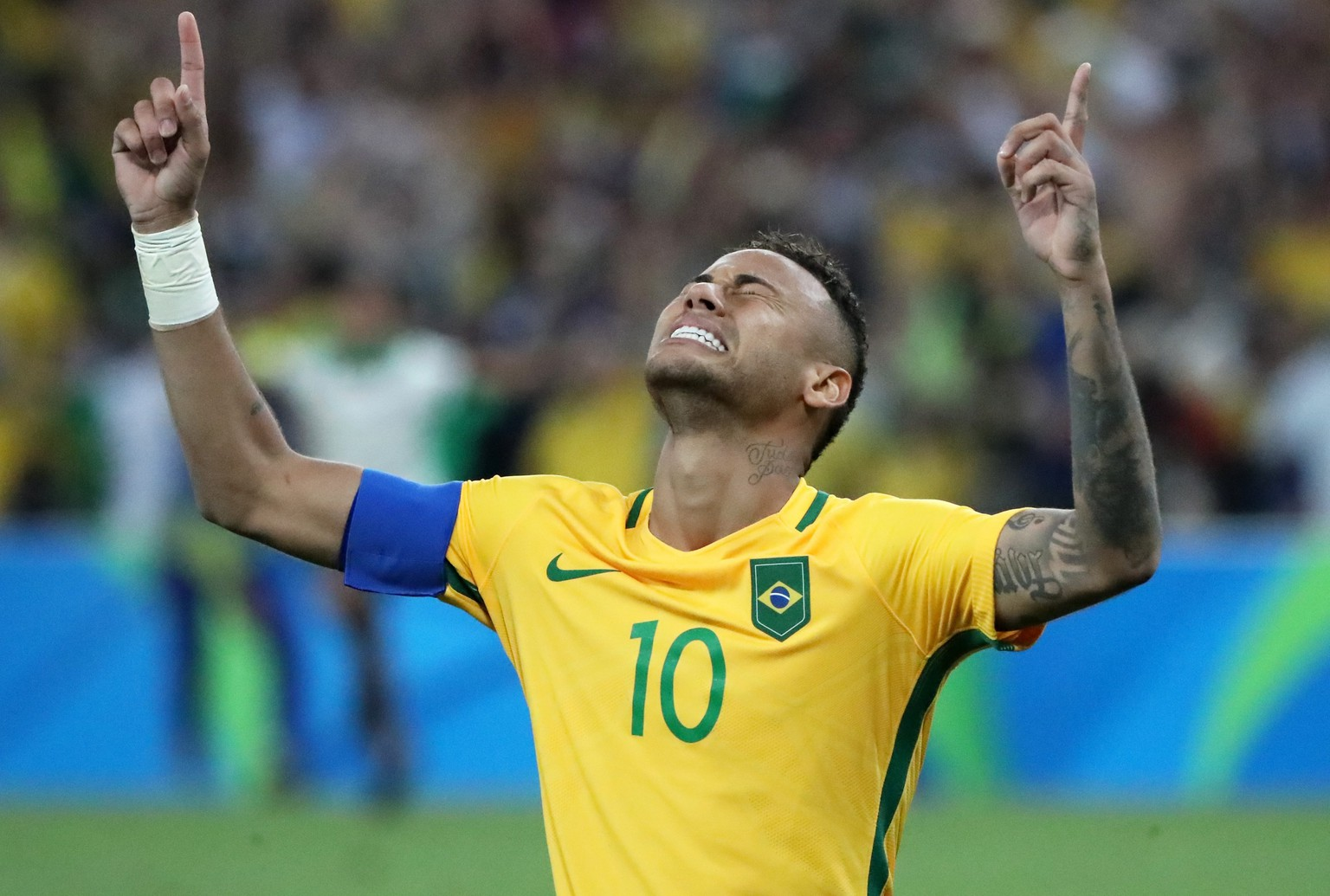 epaselect epa05503543 Neymar of Brazil celebrates winning the penalty shoot-out during the men's Gold Medal match between Brazil and Germany of the Rio 2016 Olympic Games Soccer tournament at the Maracana Stadium in Rio de Janeiro, Brazil, 20 August 2016.  EPA/ALEJANDRO ERNESTO