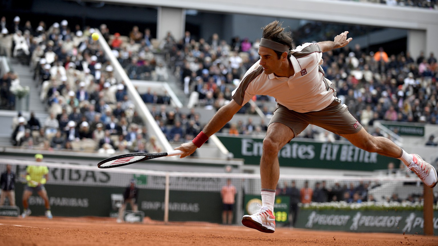 epa07632812 Roger Federer of Switzerland plays Rafael Nadal of Spain during their men's semi final match during the French Open tennis tournament at Roland Garros in Paris, France, 07 June 2019.  EPA/JULIEN DE ROSA