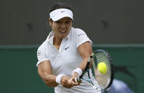 Li Na of China hits a return to Yvonne Meusburger of Austria in their women's singles tennis match at the Wimbledon Tennis Championships, in London June 25, 2014.           REUTERS/Stefan Wermuth (BRITAIN  - Tags: SPORT TENNIS)