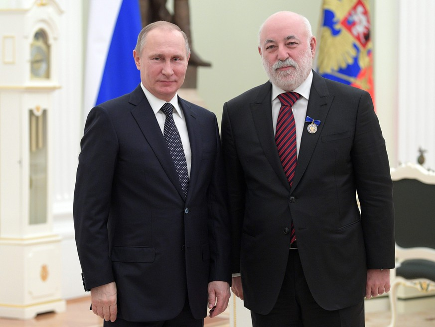 epa05752446 Russian President Vladimir Putin (L) and  Russian billionaire, Shareholder and Chairman of the Board of Directors of Renova Group and Head of Skolkovo Innovation Center, Viktor Vekselberg (R) pose for a picture during a ceremony to present state decorations at the St. Catherine Hall in the Kremlin in Moscow, Russia, 26 January 2017. Vladimir Putin presented a decoration for Beneficence to Viktor Vekselberg.  EPA/ALEXEI DRUZHININ / SPUTNIK / KREMLIN / POOL MANDATORY CREDIT