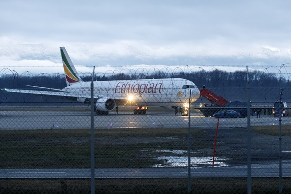 ZUR HEUTIGEN URTEILSVERKUENDUNG AM BUNDESSTRAFGERICHT UEBER DEN AETHIOPISCHEN CO-PILOTEN STELLEN WIR IHNEN AM MONTAG, 9. MAI 2016, FOLGENDES ARCHIVBILD ZUR VERFUEGUNG -  A hijacked Ethiopian Airlines plane pictured at the airport in Geneva, Switzerland, 17 February 2014. The hijacked aircraft travelling from Addis Ababa, Ethiopia, and directed to Rome, Italy, has landed at Geneva's international airport early 17 February. According to media reports, Swiss authorities have arrested the hijacker, all 200 passengers and crew members are in good health. KEYSTONE/Salvatore Di Nolfi)