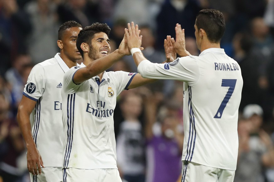 epa05591153 Real Madrid's Spanish midfielder Marco Asensio (L) celebrates his third goal for the team against Legia with teammate Cristiano Ronaldo during the UEFA Champions League match between Real Madrid and Legia Warsaw at Santiago Bernabeu stadium in Madrid, Spain, 18 October 2016.  EPA/Javier Lizon