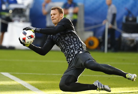 Football Soccer - Germany v Italy - EURO 2016 - Quarter Final - Stade de Bordeaux, Bordeaux, France - 2/7/16 Germany's Manuel Neuer warms up before the match REUTERS/Michael Dalder Livepic