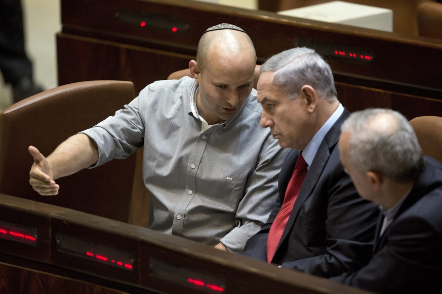 epa04735944 (FILE) A file picture dated 01 December 2014 of Israeli Prime Minister Benjamin Netanyahu (C) and Economy Minister Naftali Bennett (L) attending a voting at the Knesset, the Israeli parliament, in Jerusalem, Israel. Prime Minister Benjamin Netanyahu has finalized a right-wing, religious mini-coalition of 61 seats in Israel's 120-seat parliament, Israel Radio reported late 06 May 2015. After tense negotiations counting down to a midnight deadline, Netanyahu's conservative Likud party reached agreement with the pro-settler Jewish Home party.  EPA/ABIR SULTAN *** Local Caption *** 51685379