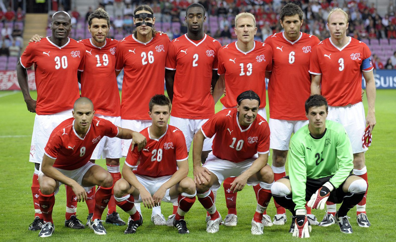 Swiss soccer players from left behind, Blaise Nkufo, Valon Behrami, Alain Nef, Johan Djourou, Stephane Grichting, Benjamin Huggel and Ludovic Magnin, in front from left, Goekhan Inler, Valentin Stocker, Hakan Yakin and Swiss goalkeeper Eldin Jakupovic pose for a team picture before an international friendly test game between Switzerland and Cyprus at the Stade de Geneve stadium in Geneva, Switzerland, Wednesday, August 20, 2008. (KEYSTONE/Laurent Gillieron)