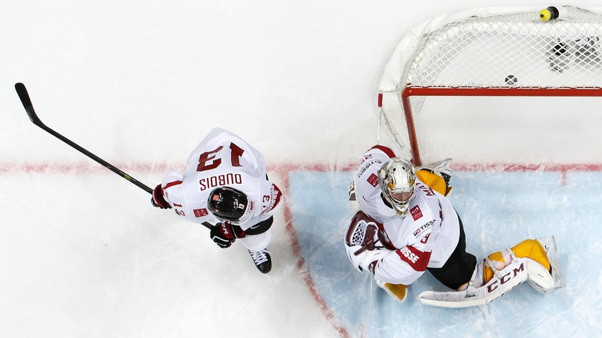 Switzerland's goaltender Robert Mayer, right, takes the winner goal past Switzerland's Felicien Du Bois, left, during the overtime of the IIHF 2016 World Championship preliminary round game between Norway and Switzerland, at the Ice Palace, in Moscow, Russia, Sunday, May 8, 2016. (KEYSTONE/Salvatore Di Nolfi)