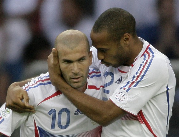 France's Zineidine Zidane, left, is embraced  by teammate Thierry Henry after scoring the opening goal in the final of the soccer World Cup between Italy and France in the Olympic Stadium in Berlin, Sunday, July 9, 2006.  (AP Photo/Michael Sohn)  ** MOBILE/PDA USAGE OUT **